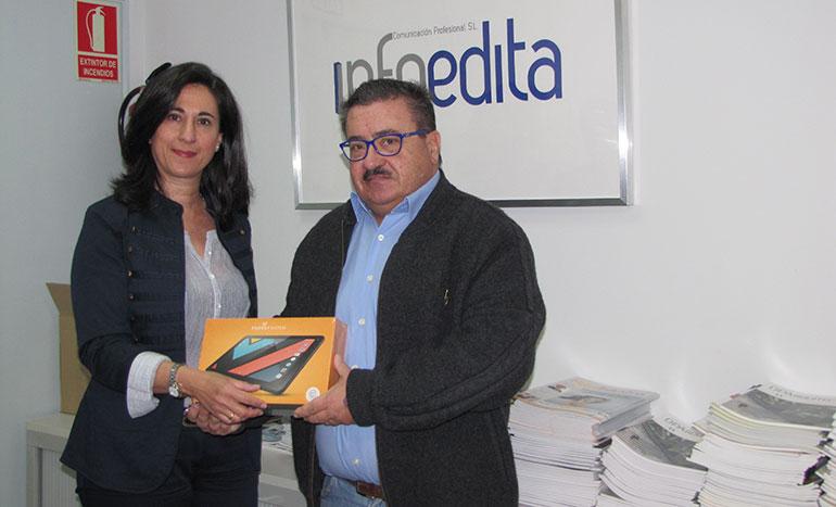 Pedro Díaz recoge el premio de la mano de Mar Cañas en las instalaciones de Infoedita en Madrid